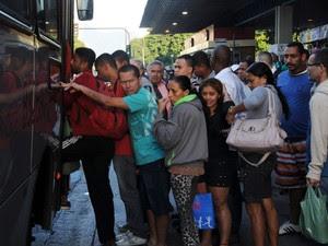 Passageiros lotam a Central do Brasil na manhã desta terça-feira em greve do ônibus no Rio (Foto: Cacau Fernandes/ Estadão Conteúdo)