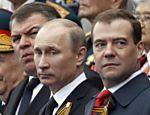 O presidente da Rússia, Vladimir Putin (centro), e o primeiro-ministro Dmitry Medvedev (à dir.), assistem o desfile da vitória em Moscou, capital da Rússia