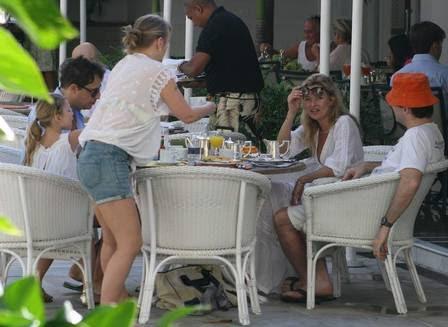 Kate Moss com a família no Copacabana Palace