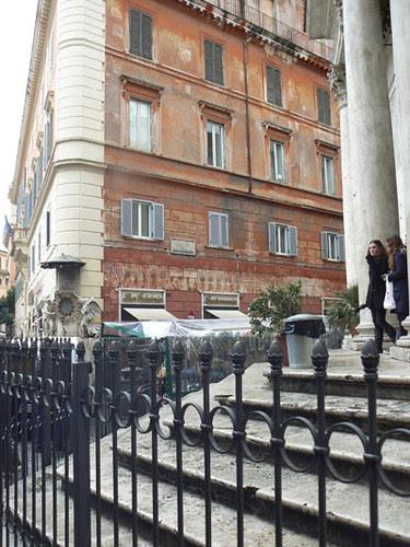 église devant la fontaine de trevi.jpg