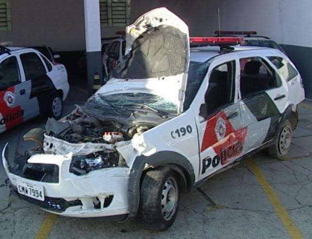 Carro da polícia ficou destruído depois de ter sido atingido por motorista de caminhão em Sorocoba (SP)
