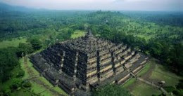 Borobudur is probably the most accurate aligned temple in the world, aligned under an angle 359.99 to the current North pole, which is an amazing achievement.