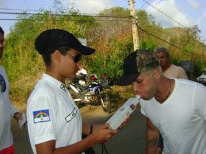 Ator Bruno Gagliasso passa por teste do bafômetro em Fernando de Noronha (Foto: Ana Clara Marinho / Globo Nordeste)