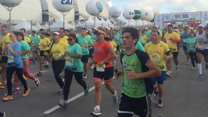Participantes da terceira edição da Meia Maratona do Sol realizada neste sábado em Natal. (Foto: Júlia Carvalho/GloboEsporte.com)