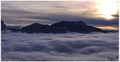 Le onde di nubi contro gli scogli del Massiccio del Canin