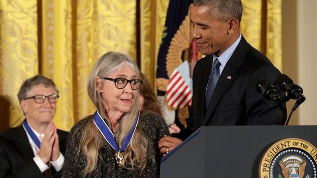 Margaret Hamilton recibiendo la Medalla de la Libertad de manos del Presidente Barack Obama.