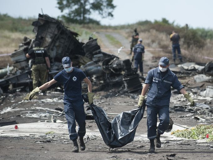 Bodies from MH17 crash begin journey to Amsterdam