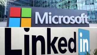 Els logos de Microsoft i Linkedin a les seus de les respectives empreses (Reuters)