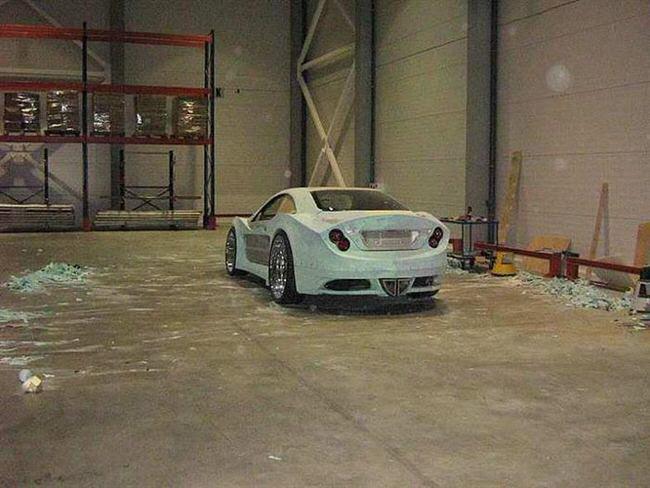 Homem transforma carro abandonado em esportivo de luxo