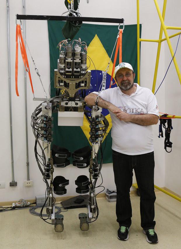Nicolelis posa com exoesqueleto em laboratório. (Foto: Reuters/Paulo Whitaker)