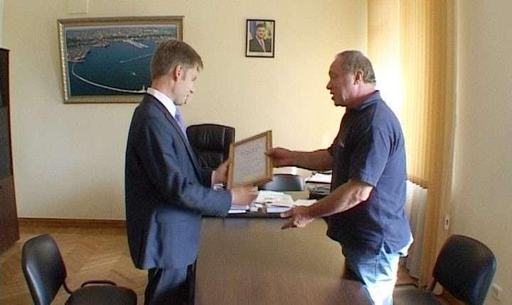 Райхельгауз награждает Гончаренко почетной грамотой Союза театральных деятелей России. 2012 год