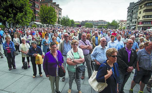 Pensionistas presentes ayer en la plaza de San Juan. /  F. DE LA HERA