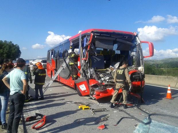 Motorista ficou preso nas ferragens e morreu no local (Foto: Marcelo Dixon/ Vanguarda Repórter)