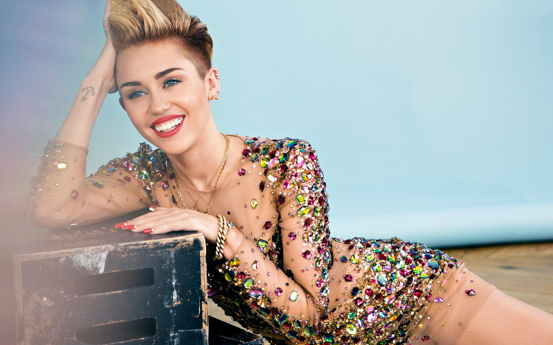 Confira fotos de Miley Cyrus pelada em polaroids cedidas à V Mag!