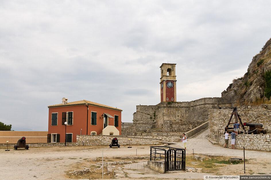 Пушки, башня с часами во внутреннем дворе Старой Крепости, Керкира, Корфу.