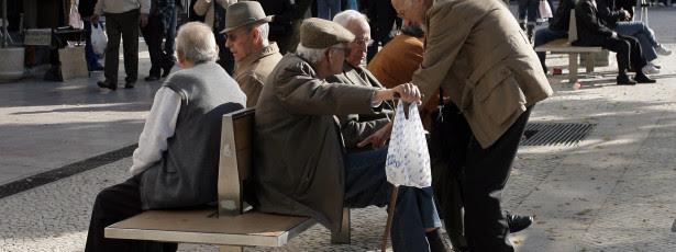 Idosos trabalham à noite para pagar despesas com Alzheimer