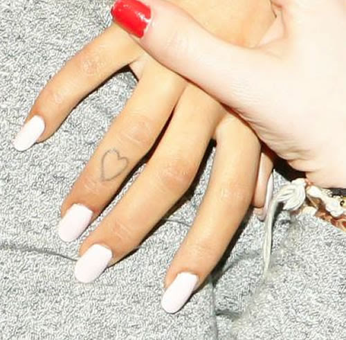 Check Out Ariana Grandes Heart Finger And Hi Toe Tattoos