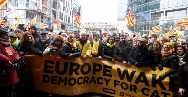 Los líderes soberanistas en la cabecera de manifestación celebrada en Bruselas a favor de la independencia de Catalunya. REUTERS/Yves Herman