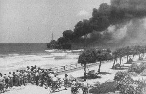 La nave Altalena a Tel Aviv distrutta dall'esercito israeliano: a bordo vi erano armi illegali che l'Irgun voleva far entrare in Israele.