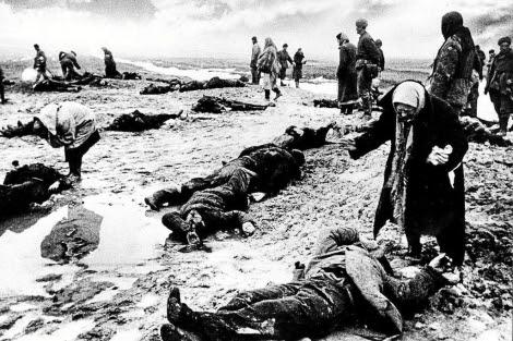 Un grupo de personas busca a sus familiares entre los muertos en la batalla de Stalingrado.   E. M.