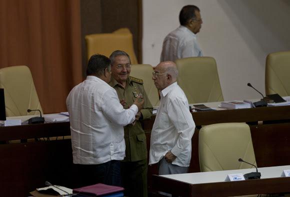Durante el primer receso del plenario de la Asamblea, Raúl, Machado y Murirllo conversan informalmente. Foto: Ladyrene Pérez/ Cubadebate