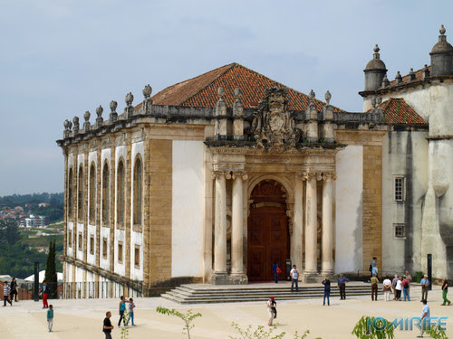 Turistas no pátio Universidade Coimbra Biblioteca