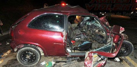 Veículo de passeio teria invadido faixa contrária e batido de frente em caminhão  / Foto: Reprodução/Agreste Violento.