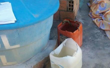 Familaires encontraram homem com cabeça dentro de balde (Foto: Itiruçu Online)