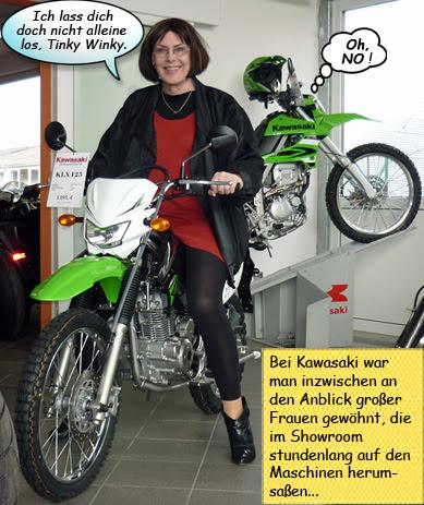 Claudia sitzt auf der Kawasaki KLX125
