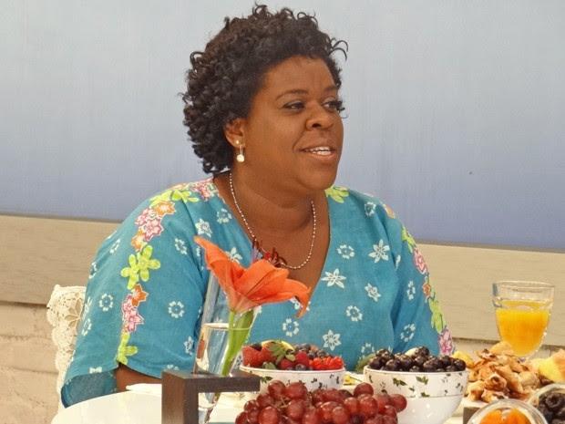 Cacau Protásio defende sua personagem, a empregada Zezé de Avenida Brasil (Foto: Mais Você / TV Globo)