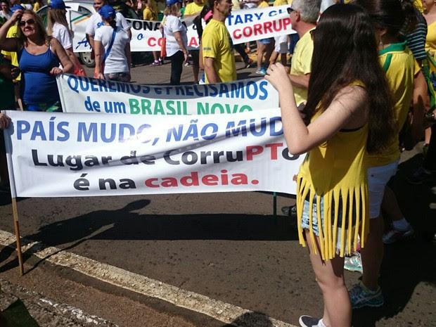 Com faixas e cartazes, os manifestantes começaram a caminhada em Bauru  (Foto: Ana Carolina Levorato/ G1)