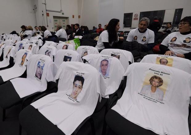 I familiari delle 32 vittime della strage di Viareggio in attesa della sentenza al processo a Lucca © ANSA