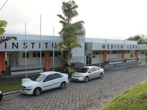 Corpo do homem foi levado ao IML de Manaus (Foto: Girlene Medeiros / G1 AM)