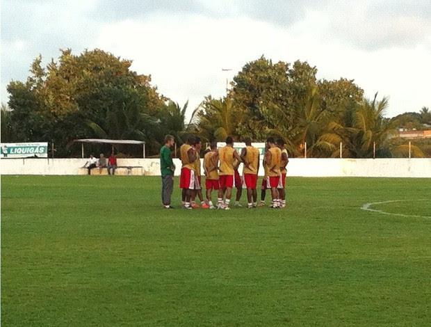 Treinador reunido com os titulares antes do treino (Foto: Matheus Magalhães/Globoesporte.com)