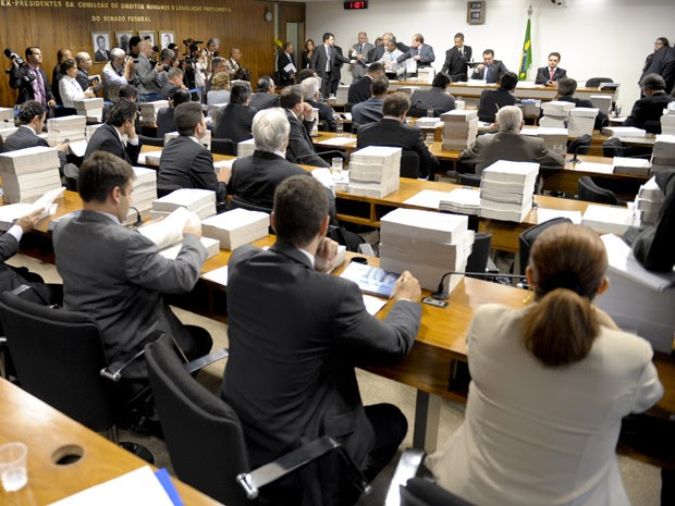 Parlamentares durante sessão de votação do relatório final da CPI do Cachoeira (Foto: Marcos Oliveira / Agência Senado)
