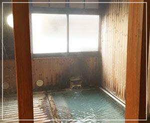 蔵王温泉「下湯共同浴場」内部。良い感じに古びております♪