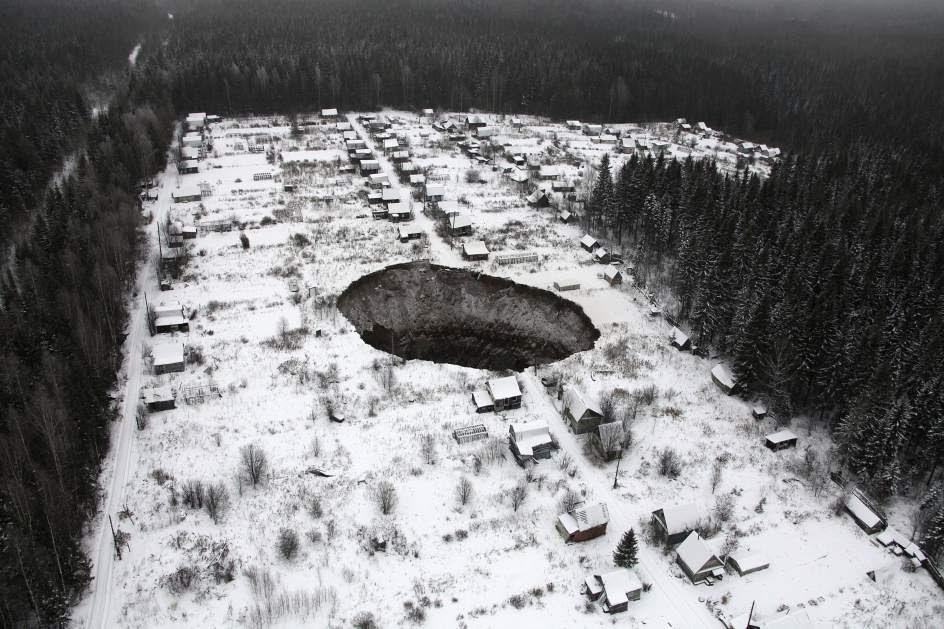 Un socavón se traga varias casas en Rusia