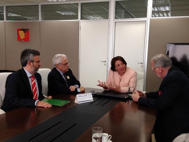 A ministra Ideli Salvatti se reúne com integrantes da Comissão da Verdade para discutir sobre as investigações da causa da morte do ex-presidente João Goulart (Foto: Natalia Godoy / G1)