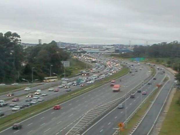 Rodovia Ayrton Senna tem tráfego lento do km 21 ao km 11, sentido São Paulo, devido ao excesso de veículos. (Foto: Reprodução/Ecopistas)