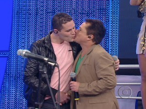Pedro beija o pai, Leonardo, durante apresentação no 'Domingão do Faustão' (Foto: Reprodução/TV Globo)