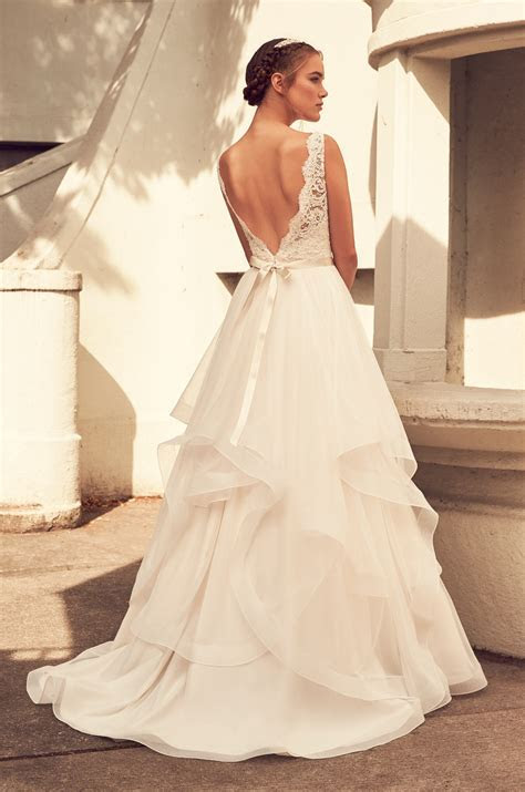 Scalloped V neck Lace Bodice Tulle Skirt Wedding Dress