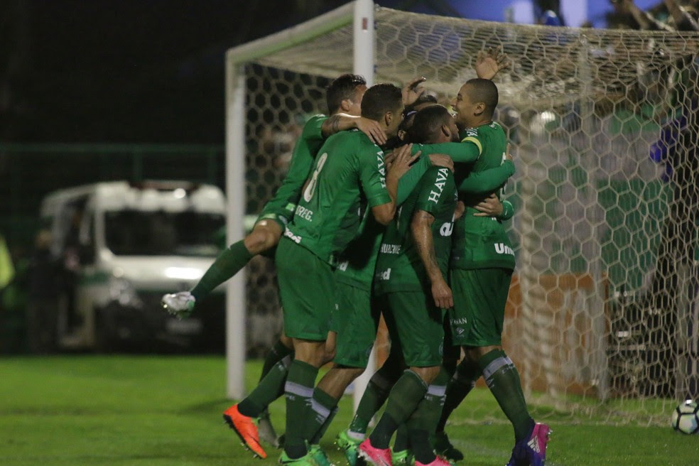 Jogadores comemoram gol que abriu o placar na Arena Condá (Foto: Estadão Conteúdo)