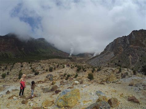 wisata alam gunung papandayan inspirasi wisata indonesia