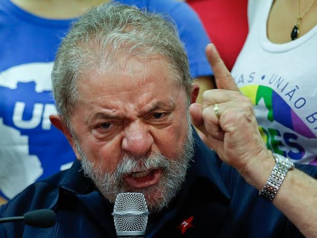 O ex-presidente Luiz Inácio Lula da Silva fala durante coletiva de imprensa na sede do Partido dos Trabalhadores (PT) em São Paulo (Foto: André Penner/AP)