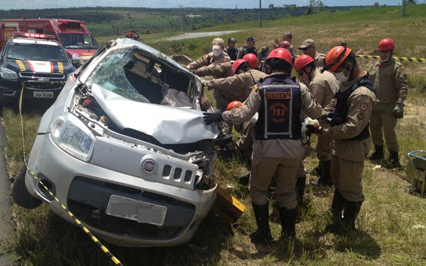 Veículo capotou várias vezes e Bombeiros chegaram a retirar a vítima de dentro do carro em Caaporã, na Paraíba (Foto: Walter Paparazzo/G1)
