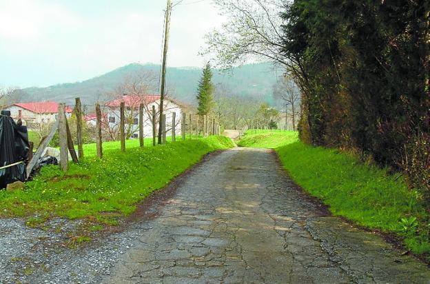 Olaberria-Meaka. El camino recorre la loma que separa ambos barrios./