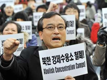Ativistas pedem a abolição dos campos de concentração na Coreia do Norte, em dezembro de 2011 Foto: AFP