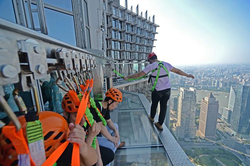 glass-bottomed-skywalk-jinmao-tower-shanghai-designboom-01