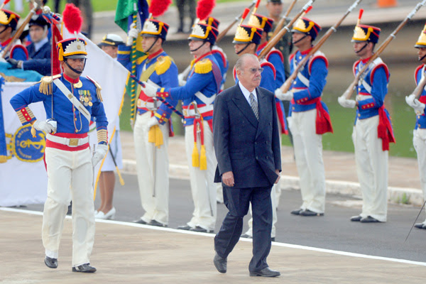 José Sarney passando vista na guarda, durante cerimônia no Congresso Nacional. Casa esta que presidiu por quatro vezes