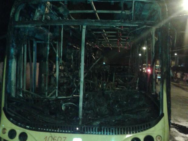 Veículo incendiado na noite deste sábado (5), em Joinville, ficou completamente destruído (Foto: Júlio Ettore/RBS TV)